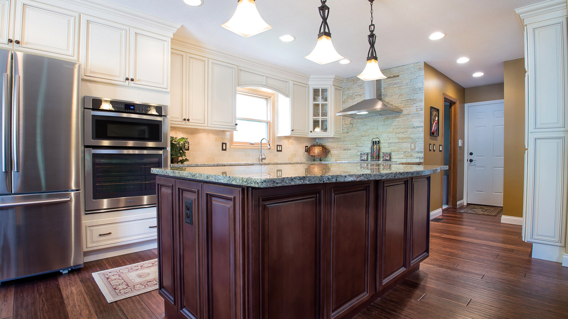 Signature Pearl cabinets with Brownstone island